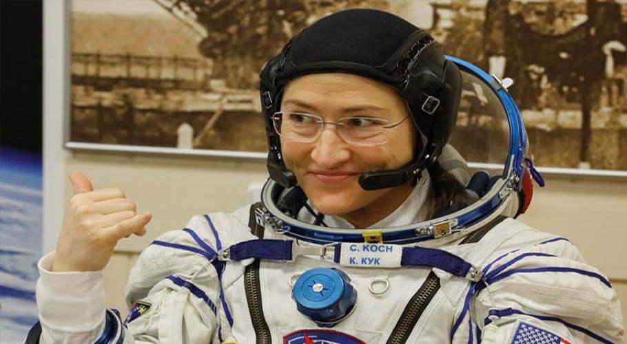 کرسٹینا کوچ ایک سال طویل خلائی مشن مکمل کرنے کے بعد زمین پر واپس پہنچ گئیں