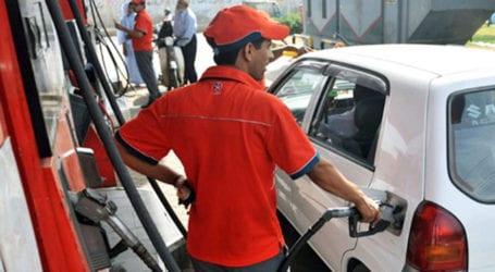 عوام کیلئے خوشخبری: پیٹرول کی فی لیٹر قیمت میں 7 روپے 6 پیسے کمی کردی گئی