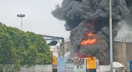 کراچی میں کیماڑی کے آئل ٹرمینل میں آگ لگ گئی، فائر بریگیڈ کی 9 گاڑیاں روانہ