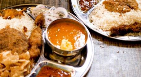 کراچی میں خصوصی لوازمات کے ساتھ چٹخارے دار دال چاول کا لطف اٹھائیے