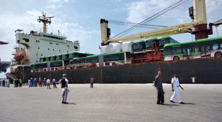 گرین لائن بسوں کی پہلی کھیپ کراچی پورٹ پر پہنچ گئی