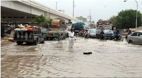 Traffic flow disrupts as water pipeline bursts at Shahrah-e-Faisal