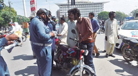 Traffic police impose fines for not wearing masks in Lahore