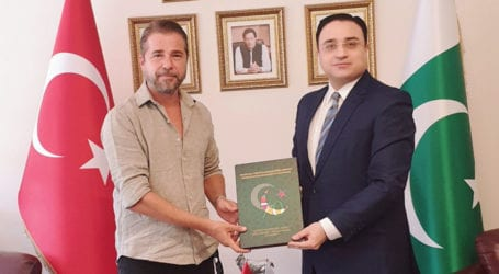 Ertugrul actor visits Pakistani consulate, wishes Independence Day