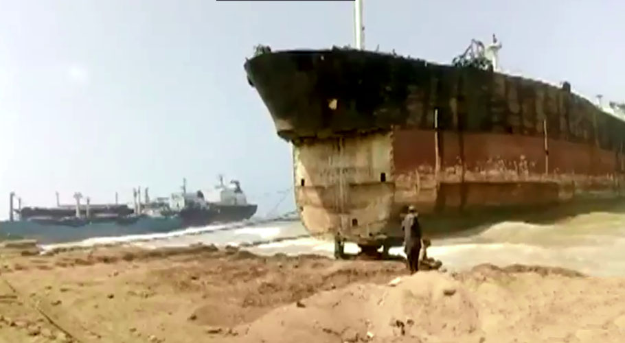 A ship containing 1,500 tonnes of mercury-mixed oil has been allowed to anchor at the Gadani ship-breaking yard. Source: Screengrab/ Online