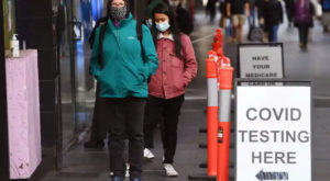People wait in queues at a Covid-19 testing centre in Melbourne as the city scrambles to contain a growing outbreak. Source: Guardian/AFP/Gettys