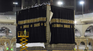 Officials dismantled the old Kiswa and installed the new one, then installed it in the corners and surface of the Kaaba.
