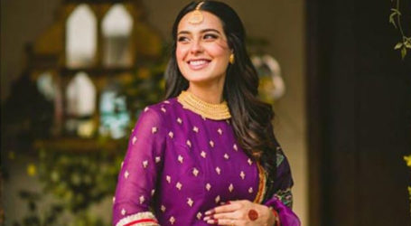 Mom-to-be Iqra Aziz flaunts her baby bump in new video