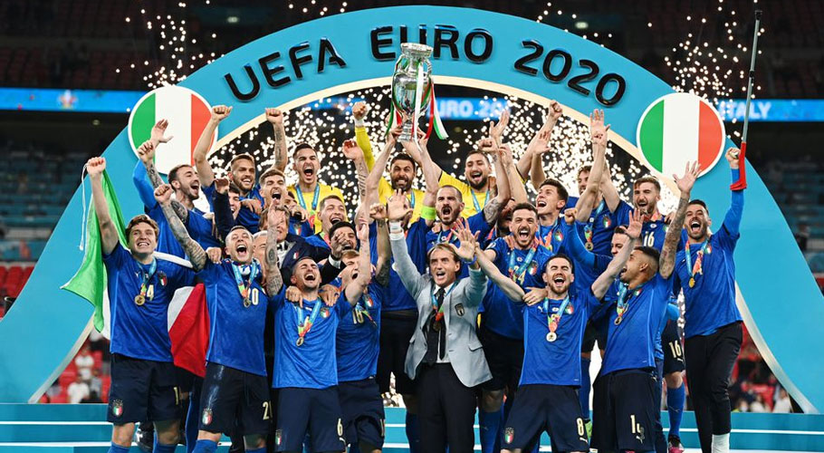 Italy celebrate with the trophy after winning Euro 2020. Source: Reuters