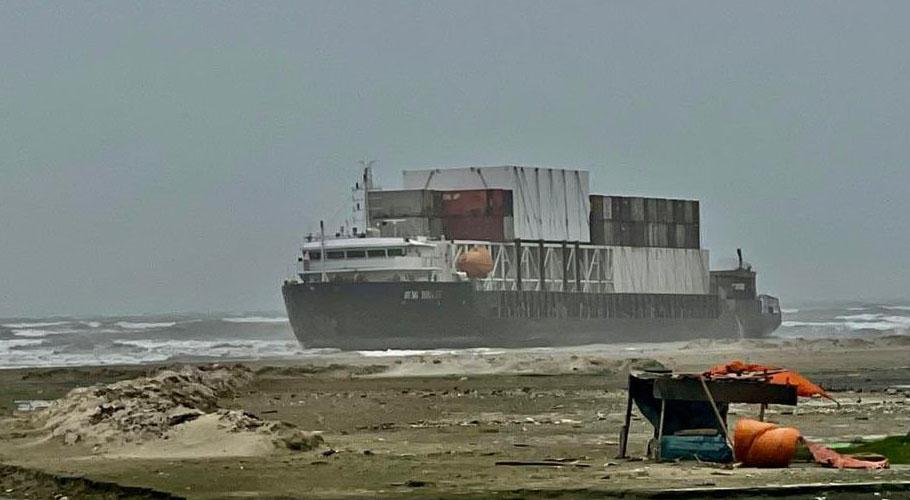 The Hang Tong Ship got stuck a few kilometres from Karachi's Sea View coast.